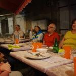 Fête de la musique : le repas sur la terrasse, bien éclairé sous la tonnelle