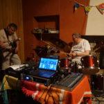 La salle de musique : deux musiciens testent les instruments