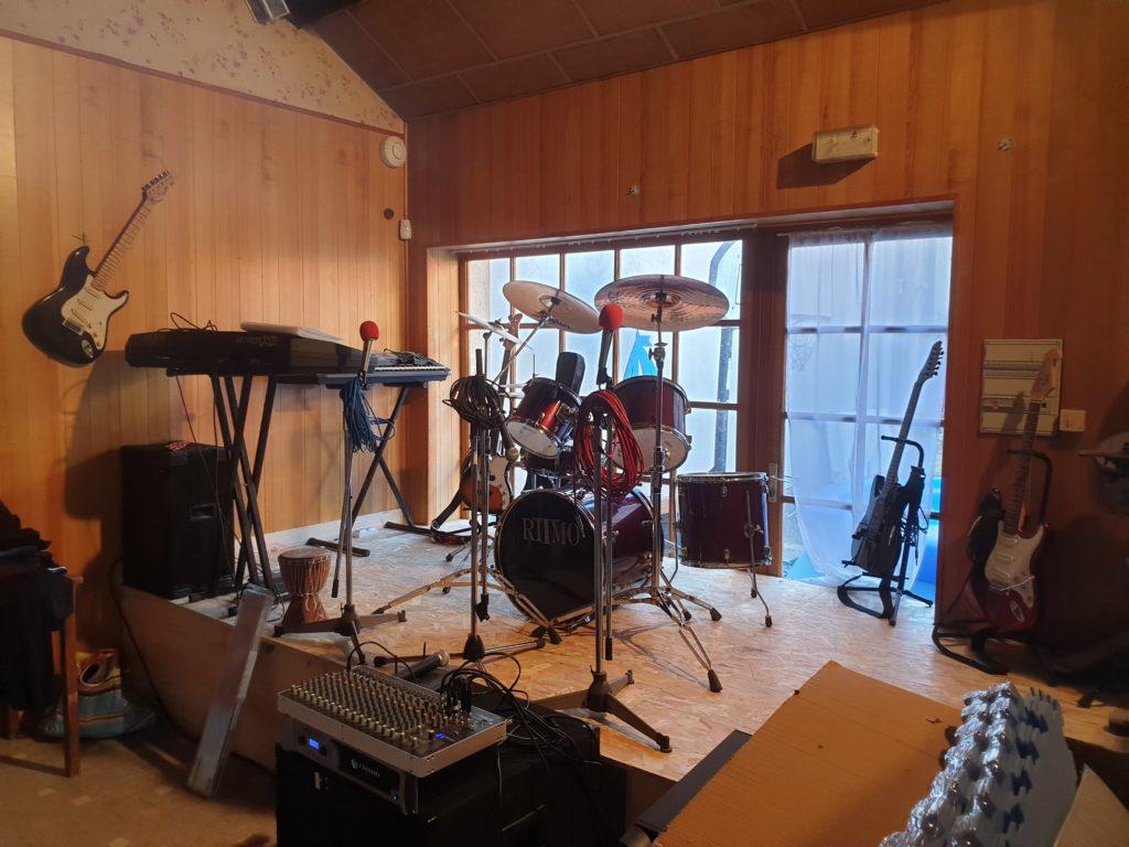 Une vue de l'estrade de la salle de musique